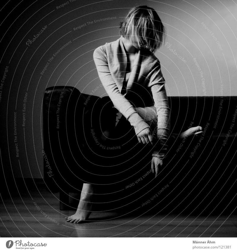 Anhang. Körperhaltung Frau Sofa Leder schwarz weiß grau Möbel lümmeln hocken Oberschenkel Unterschenkel hängenbleiben dreckig besitzen Gesäß nachsitzen Sitzung
