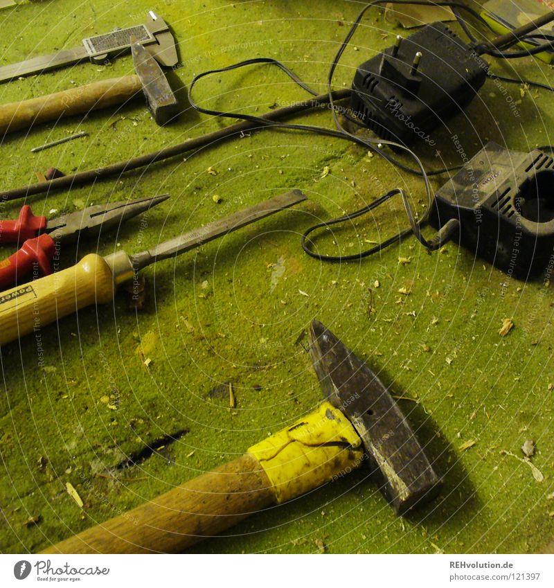 bei papa im keller Zange Werkzeug Batterie Teppich Meissel Handwerk Handwerker Tischler Freizeit & Hobby Beruf Staub unordentlich grün dreckig staubig Basteln