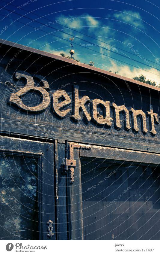 Nix los Himmel blau Wolken Fenster leer Kommunizieren Schriftzeichen Information Buchstaben Kasten obskur Typographie Wort Fensterscheibe Anschnitt