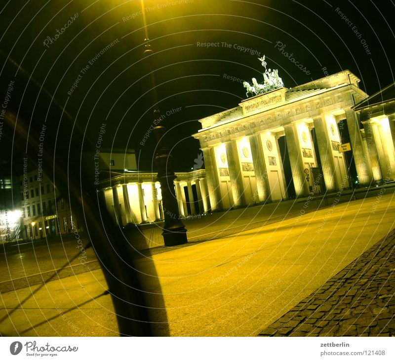 Brandenburger Tor Berlin Mauer Beleuchtung Architektur Ausflug Tourismus Denkmal Symbole & Metaphern DDR Wahrzeichen Scheinwerfer Hauptstadt Illumination