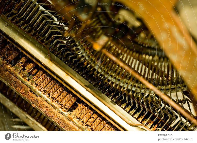 Schreibmaschine von unten Rost alt typenhebel Mechanik fein antik Büro Maschine Metall Metallwaren Eisen Stahl Teile u. Stücke Metallfeder kaputt drehen