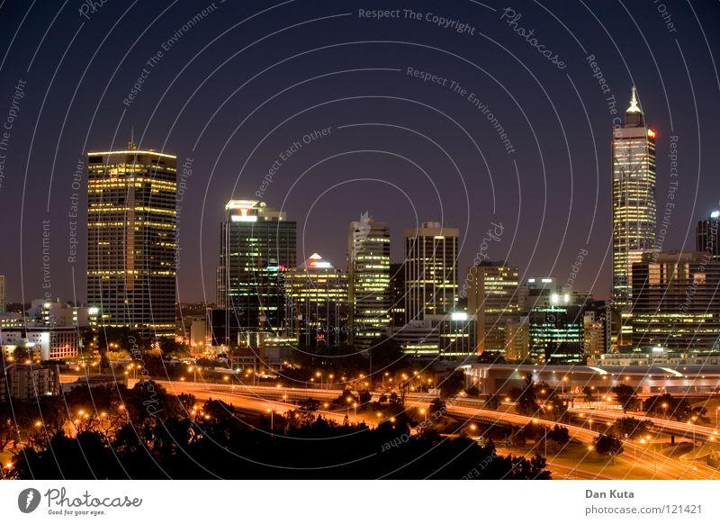 Perth @ night #3 Wasser blau Freude Ferne Lampe Freiheit träumen Wärme nass groß Hochhaus hoch Fröhlichkeit Macht Bankgebäude Niveau