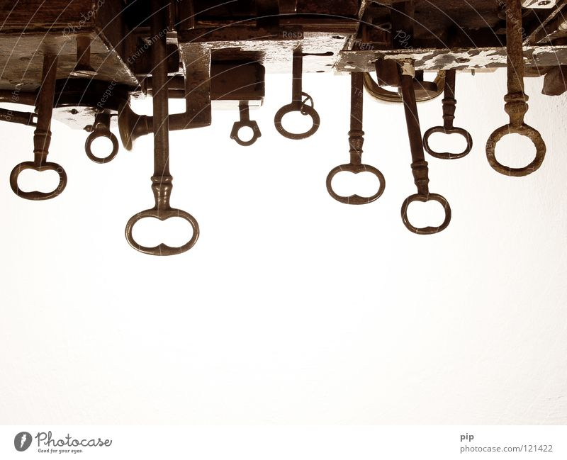 der himmel ist (noch) offen alt Metall geschlossen Sicherheit Schutz Burg oder Schloss obskur Rost Schlüssel Geborgenheit Eisen antik schließen Loch aufmachen