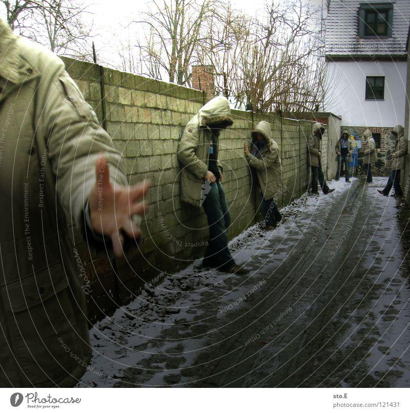 dissoziative identitätsstörung pt.3 Mann Kerl 2 Klonen Körperhaltung stehen Wand Mauer Haus Gebäude Gelände Durchgang erleuchten Beleuchtung Gasse Wohnsiedlung