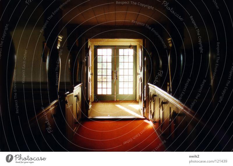 Roter Teppich Ferne Tür Holz alt historisch oben rot Vertrauen Religion & Glaube Eingang Ausgang Türflügel Säule Dorfkirche Kirchenraum Christentum Götter