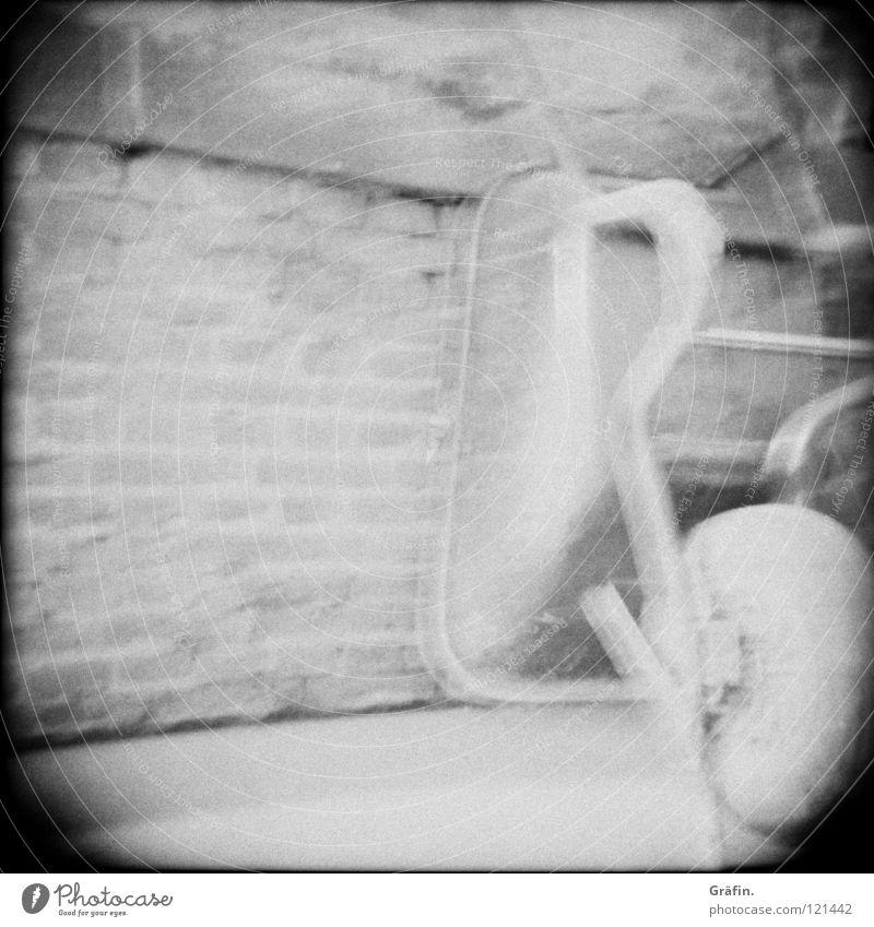 Stummfilm Statue Überbelichtung Schubkarre Baustelle Holga Wand dreckig Renovieren Reparatur Handwerker Bauarbeiter anlehnen Bauschutt Zement Mörtel Lomografie