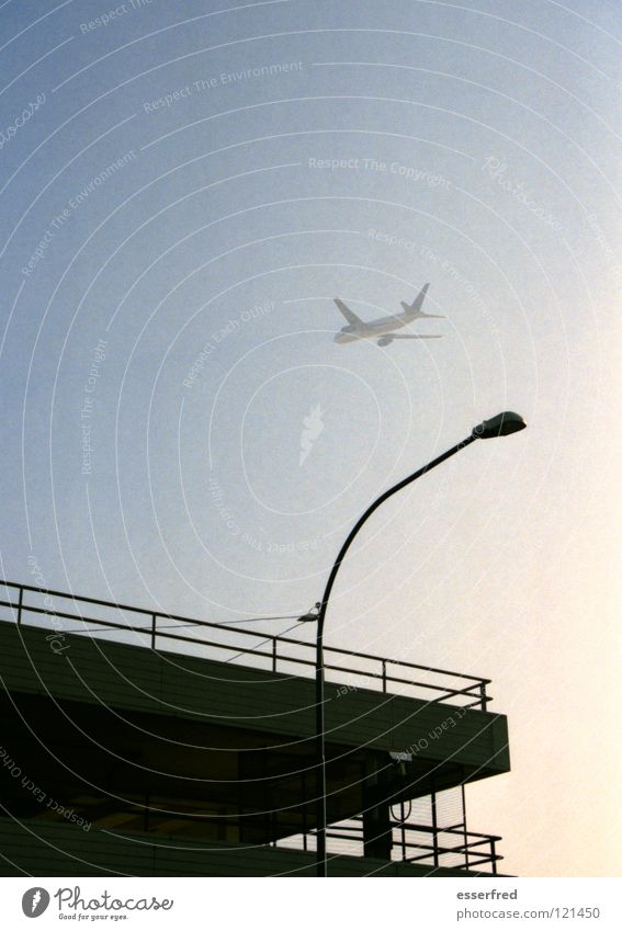 lift off Himmel Flugzeug Nebel Beginn Verkehr Luftverkehr Flughafen Laterne Parkhaus