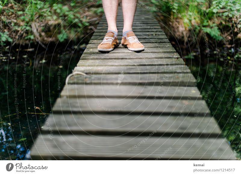 Spreedorado | Auf Brücken stehen Mensch maskulin Leben Beine Unterschenkel 1 Umwelt Natur Schuhe Holz Holzbrücke Farbfoto Gedeckte Farben Außenaufnahme Tag