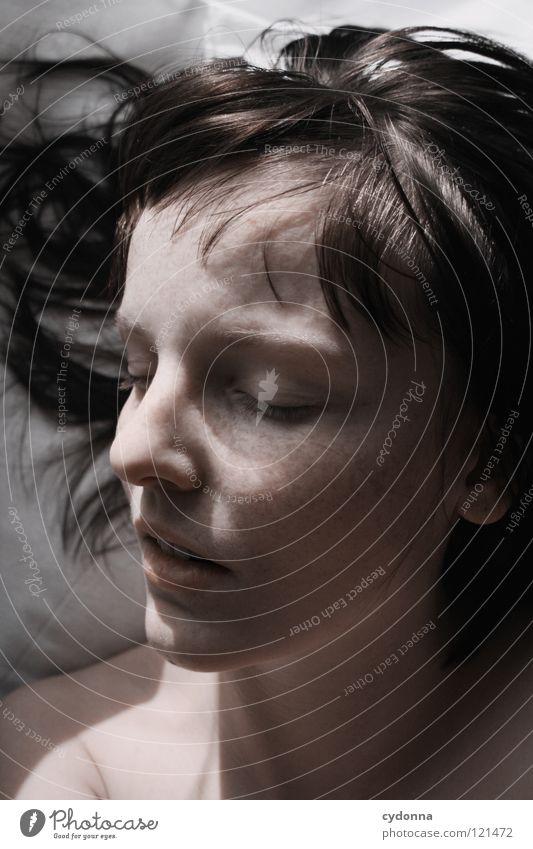 Autopilot Frau schön Beautyfotografie Porträt geheimnisvoll schwarz bleich Lippen Stil lieblich Selbstportrait Gefühle Licht Schwäche feminin Lichteinfall
