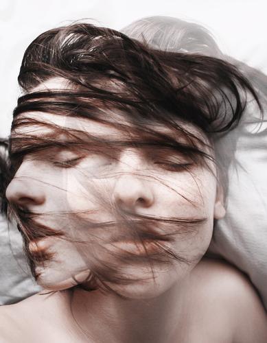 After a Moment Frau schön Beautyfotografie Porträt geheimnisvoll schwarz bleich Lippen Stil lieblich Selbstportrait Gefühle Licht Schwäche feminin Lichteinfall