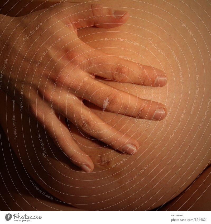 hand drauf schwanger Geburt Beginn Ankunft entstehen Herkunft Mutter Schutz schön bezaubernd Vorfreude Hand Männerhand Vatergefühl Finger Nagel Fingernagel