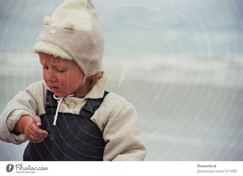 Staunen über nassen Sand ;-) Kind Wasser Meer Strand Wind Konzentration entdecken Mütze erstaunt staunen Ameland
