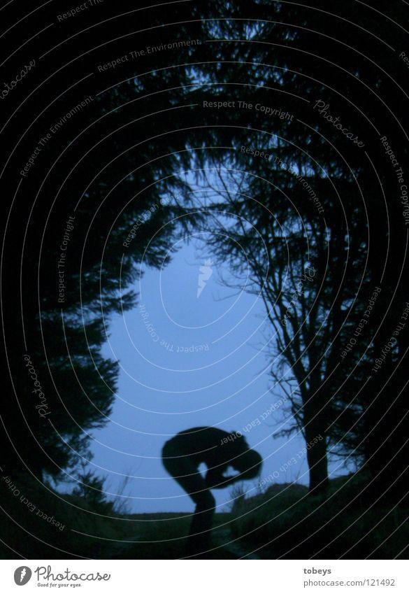 Die Kerls II Mensch Baum Wald dunkel Straße Gras Wege & Pfade Traurigkeit gefährlich bedrohlich Trauer Körperhaltung Hügel verstecken Zweig Tanne