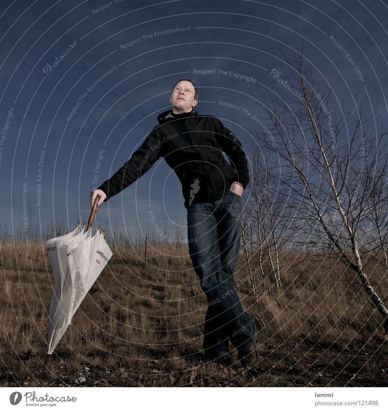 der Schirm III weiß geschlossen wandern Leipzig Gelassenheit Zukunft Wiese Birke Blatt Herbst Wolken Blitzlichtaufnahme Außenaufnahme Jacke Hose lässig stehen