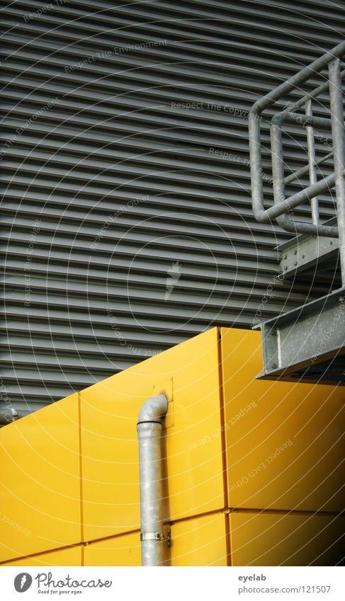 Architektonisch-depressive Rosenmontags-Interaktion Blech gelb Wand Wellblech grau schwarz Gebäude Stahl Quadrat Haus Abwasser Regenwasser urinieren Sicherheit
