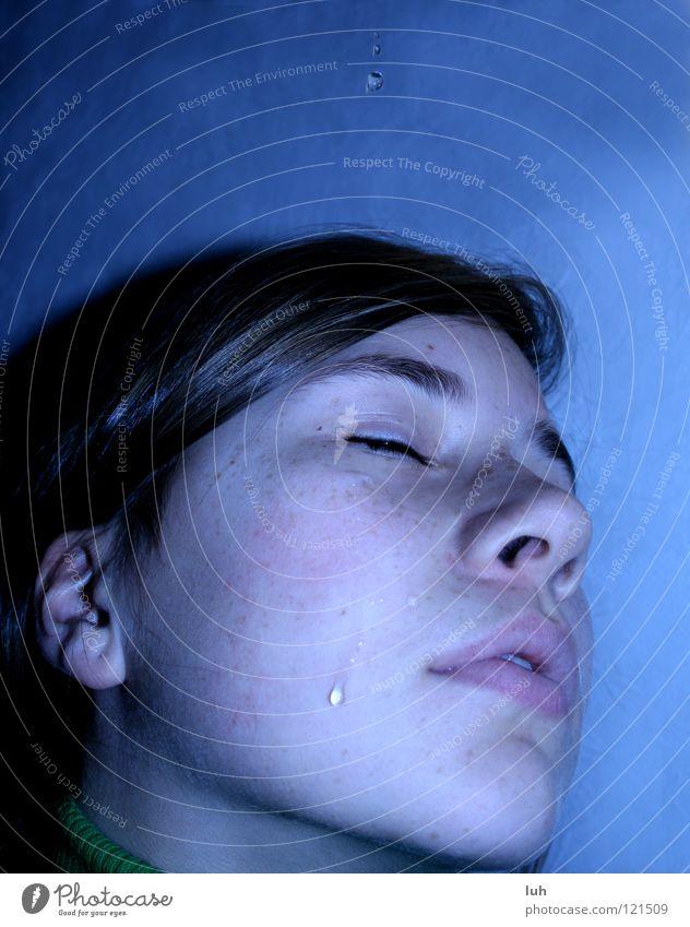 Kleiner Tropfen vor großem Unwetter. Jugendliche Wasser schön blau Wolken kalt Gefühle Traurigkeit Regen glänzend klein laufen nass Trauer ästhetisch Tropfen
