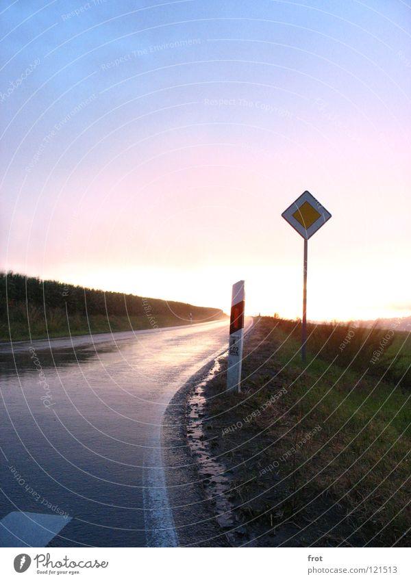 Straße am Abend nass Schilder & Markierungen Landstraße Sonnenuntergang Reflexion & Spiegelung Hauptstraße Himmel Verkehrswege hell Abenddämmerung Regen Amerika