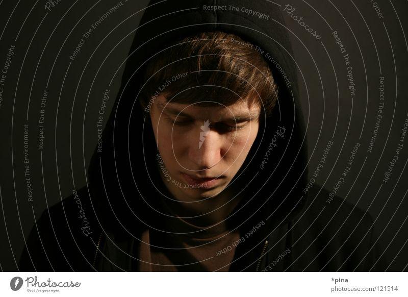 down Mann Porträt Licht Trauer Gedanke Denken Gefühle bedrohlich dunkel Kunstlicht Gesicht Kapuze Kaputzenpulli Kontrast Schatten Traurigkeit nachdenken