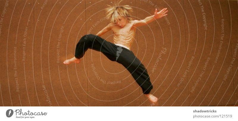 Sprunghaft 1 springen Capoeira Karate chinesische Kampfkunst Kick Haare & Frisuren Stil Sport Sporthalle Mensch Sorunghaft wegspringen Muskulatur Junge Körper