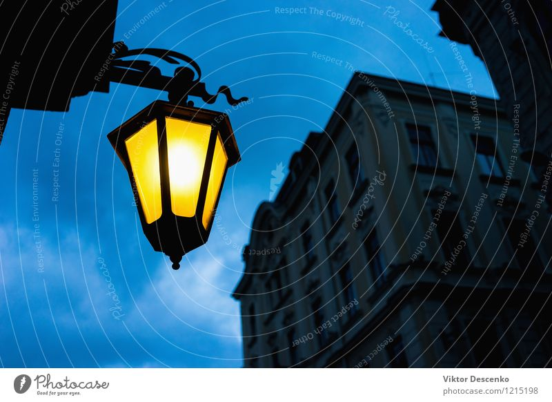 Stadtstraße hellgelb gegen den blauen Himmel Design Dekoration & Verzierung Lampe Kleinstadt Architektur Straße Metall historisch schwarz weiß Energie Licht