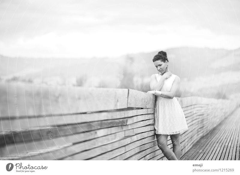 Steg feminin Junge Frau Jugendliche 1 Mensch 18-30 Jahre Erwachsene Kleid schön Schwarzweißfoto Außenaufnahme Tag Schwache Tiefenschärfe Oberkörper