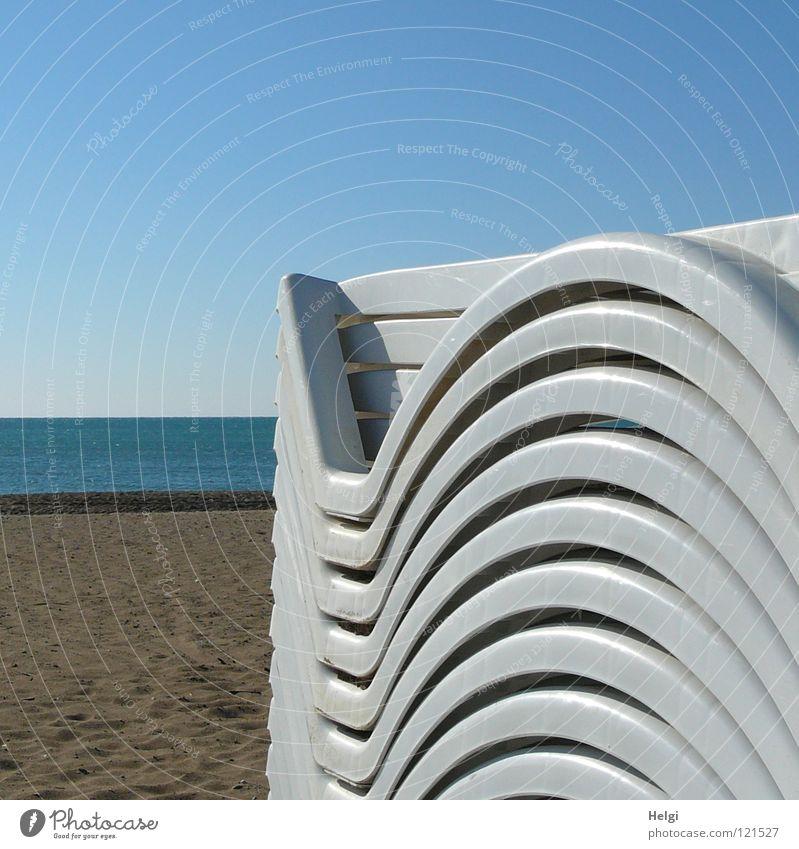 abgestellt.... Wasser Himmel weiß Meer blau Strand Ferien & Urlaub & Reisen Einsamkeit Erholung Sand braun Küste Ecke Pause rund Liege