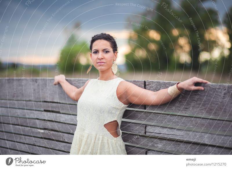 straight feminin Junge Frau Jugendliche 1 Mensch 18-30 Jahre Erwachsene Mode Accessoire schön ernst selbstbewußt Farbfoto Außenaufnahme Abend
