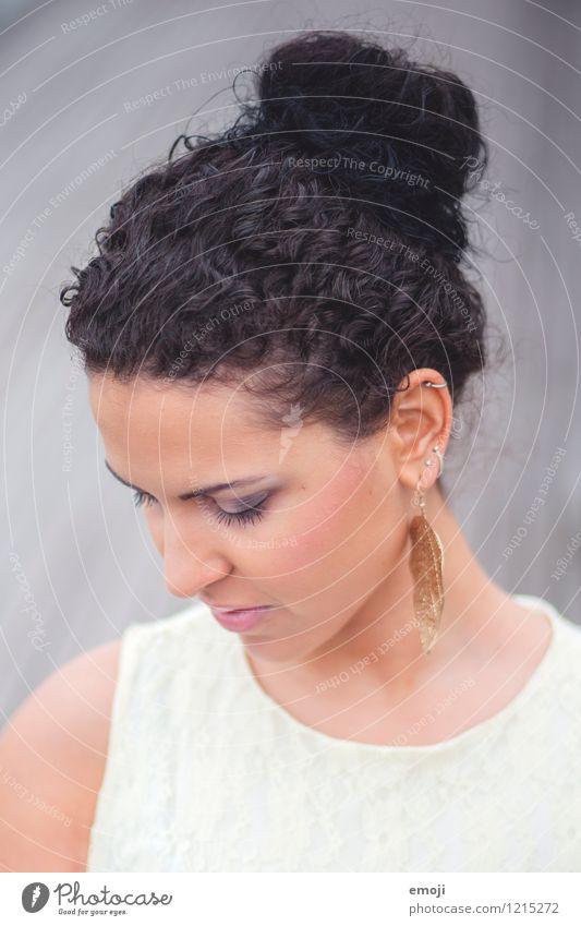 below feminin Junge Frau Jugendliche Kopf Haare & Frisuren Gesicht 1 Mensch 18-30 Jahre Erwachsene schwarzhaarig Locken schön Dutt Farbfoto Außenaufnahme Tag