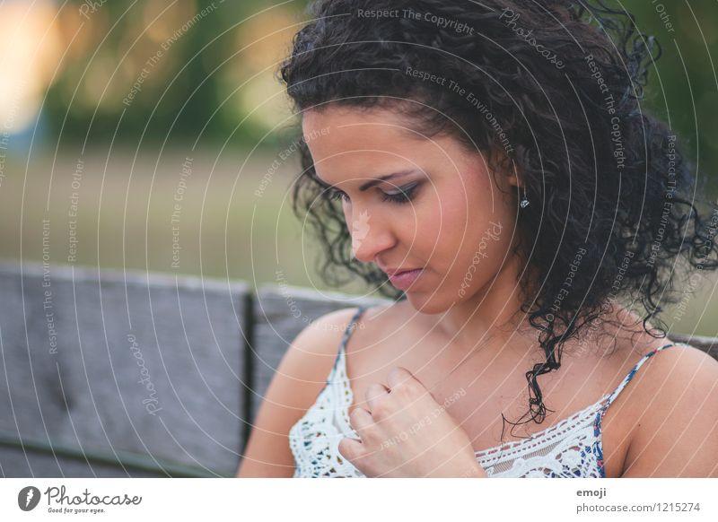 lockig feminin Junge Frau Jugendliche 1 Mensch 18-30 Jahre Erwachsene schwarzhaarig Locken schön Farbfoto Außenaufnahme Tag Schwache Tiefenschärfe Porträt