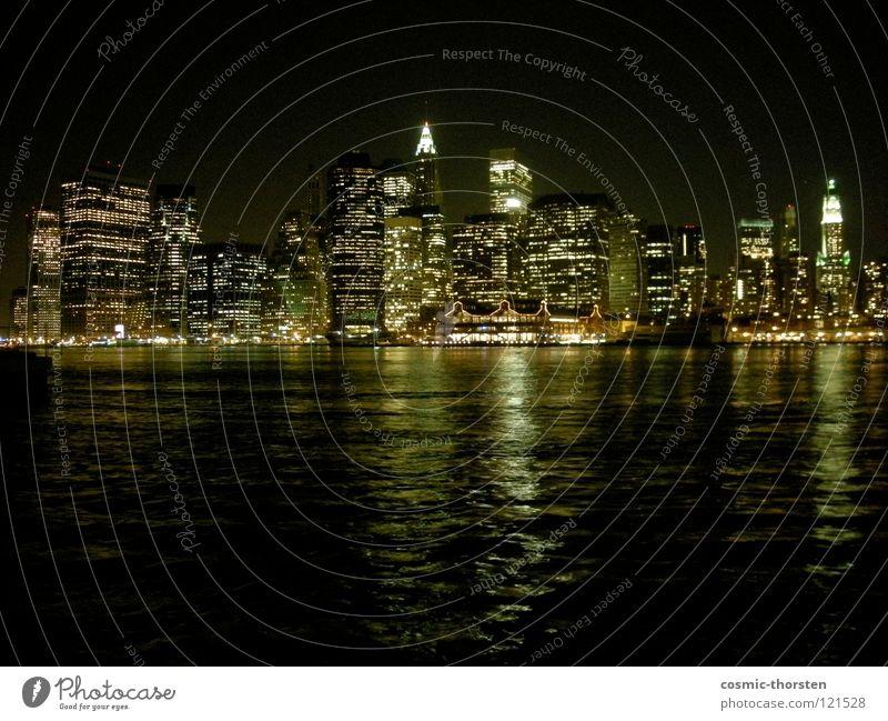 Manhattan bei Nacht #1 New York City Hochhaus East River Brooklyn Langzeitbelichtung Skyline Fluss Wasser