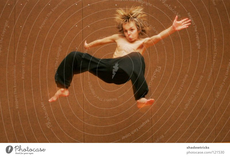 Sprunghaft 2 springen Capoeira Porträt Karate chinesische Kampfkunst Kick Haare & Frisuren Stil Sport Sporthalle Akrobatik akrobatisch beweglich Hose gruselig