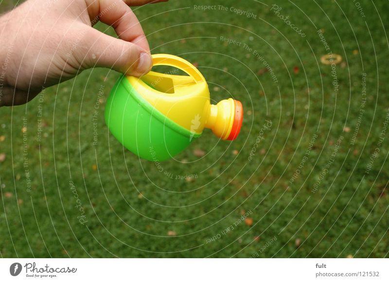 immer schön wässern Gießkanne Hand festhalten gelb frisch Haushalt Rasen Kunststoff gießen orange
