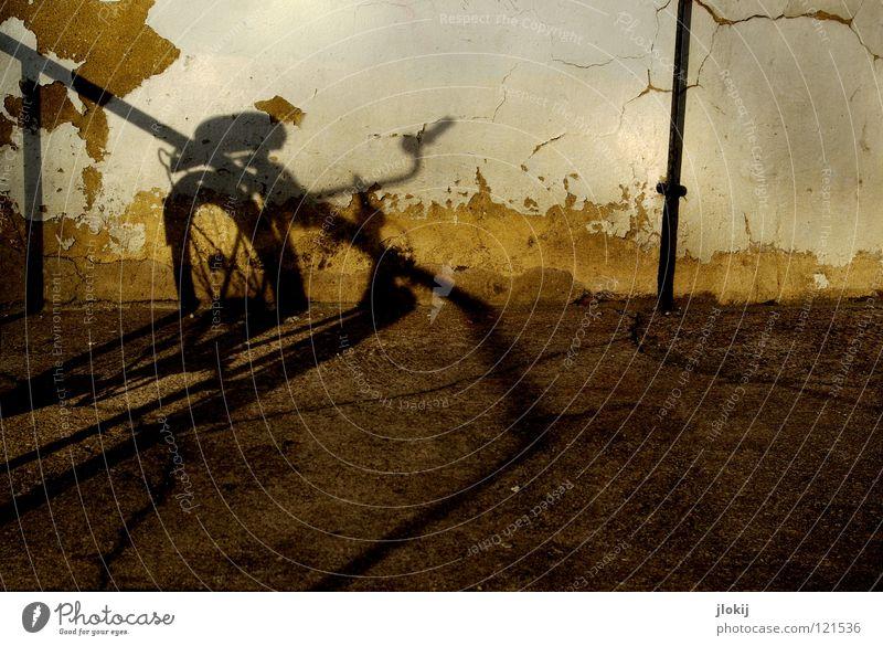 Shadow On The Wall II Fahrrad Mauer Beton Putz zerbröckelt Dinge abstrakt Stadt Haus Streifen dunkel Wand weiß gelb Elektrizität Detailaufnahme verfallen obskur