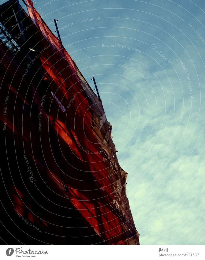 Restauration in Rot Himmel blau rot Wolken Farbe Gebäude Lampe Metall hoch verrückt Perspektive Baustelle Stoff Netz Geländer Stahl