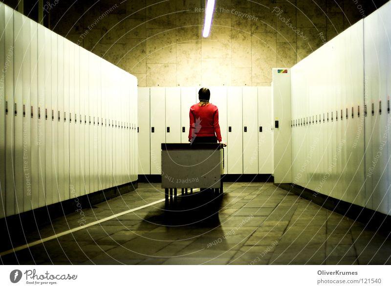 Allein bei den Garderobenschränken Frau Einsamkeit Traurigkeit Trauer Verzweiflung aussperren