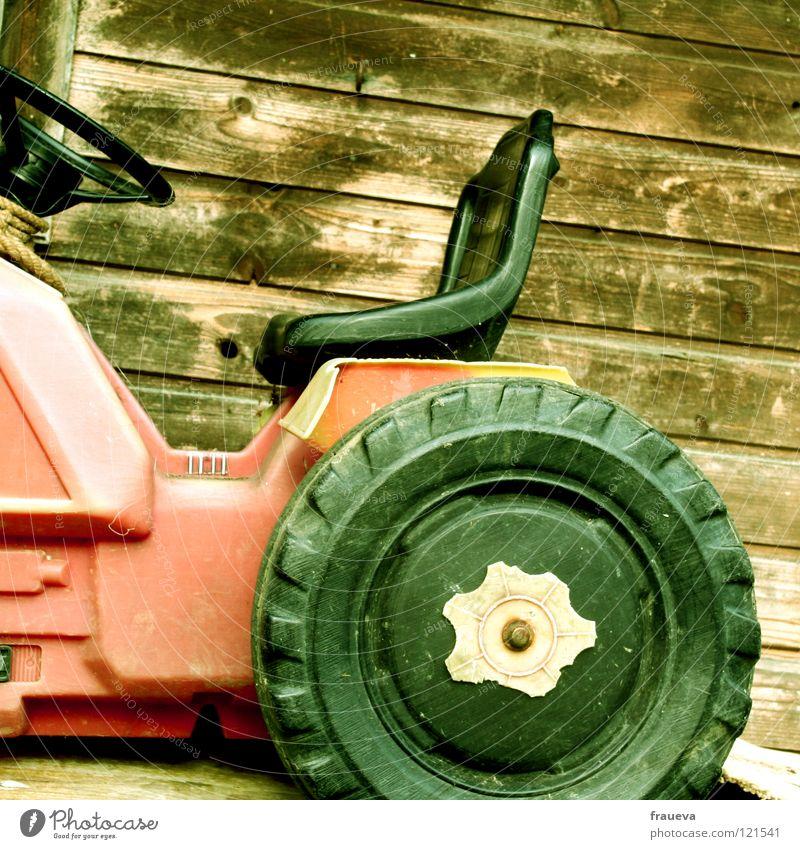 traktor Traktor Spielzeug Lenkrad rot Holzwand Spielen Freizeit & Hobby Statue Sitzgelegenheit play Kindheit