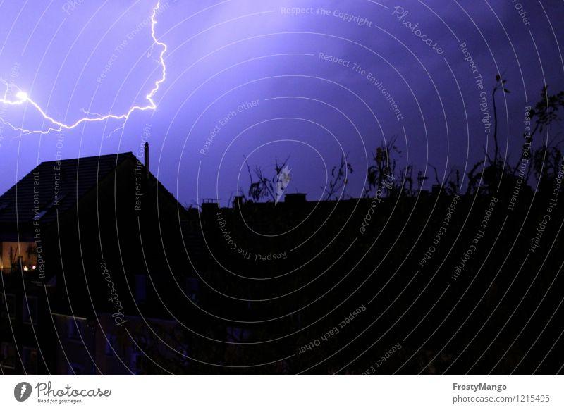 Donnerwetter Natur Himmel Gewitterwolken Nachthimmel Frühling Sommer Herbst Klima Wetter Unwetter Wind Sturm Regen Blitze Kleinstadt Stadt blau violett schwarz