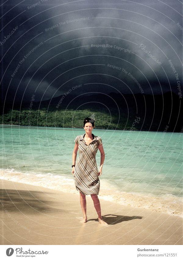 Schatten von Mordor Frau Wasser Himmel Strand schwarz Wolken dunkel Sand Regen Küste gefährlich Insel Kleid Kuba Bucht türkis