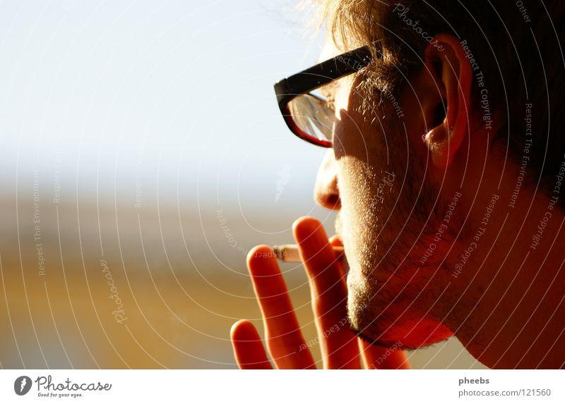 oben auf dem hochhaus Mann Himmel Jugendliche Hand Haus gelb Haare & Frisuren hell Hochhaus Finger Brille Ohr Rauchen Zigarette