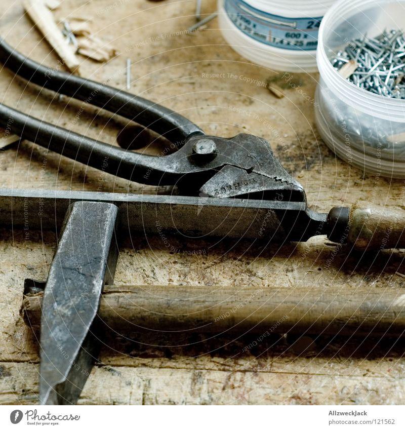 Tool Time alt Holz Arbeit & Erwerbstätigkeit Freizeit & Hobby Tisch Handwerk Werkzeug Eisen Haushalt Reparatur Nagel Hammer Holztisch heimwerken Zange klopfen