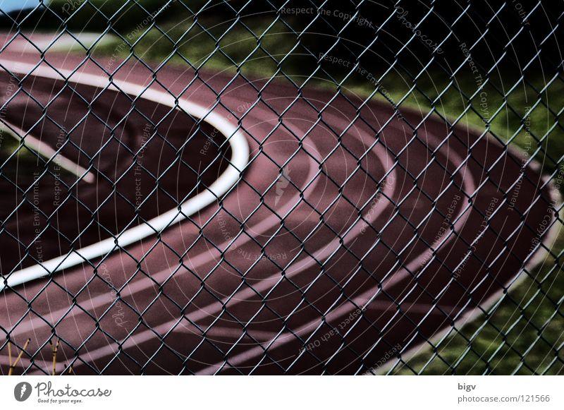 Hinter Gitter Zaun Sportplatz Schlaufe Rennbahn Leichtathletik dunkel rot Spielen Kontrast