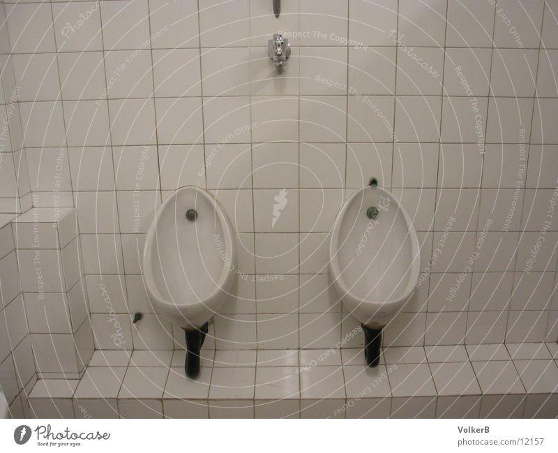 Uncomfortable Silence Pissoir weiß Bad urinieren Club pinkelrinne tiles