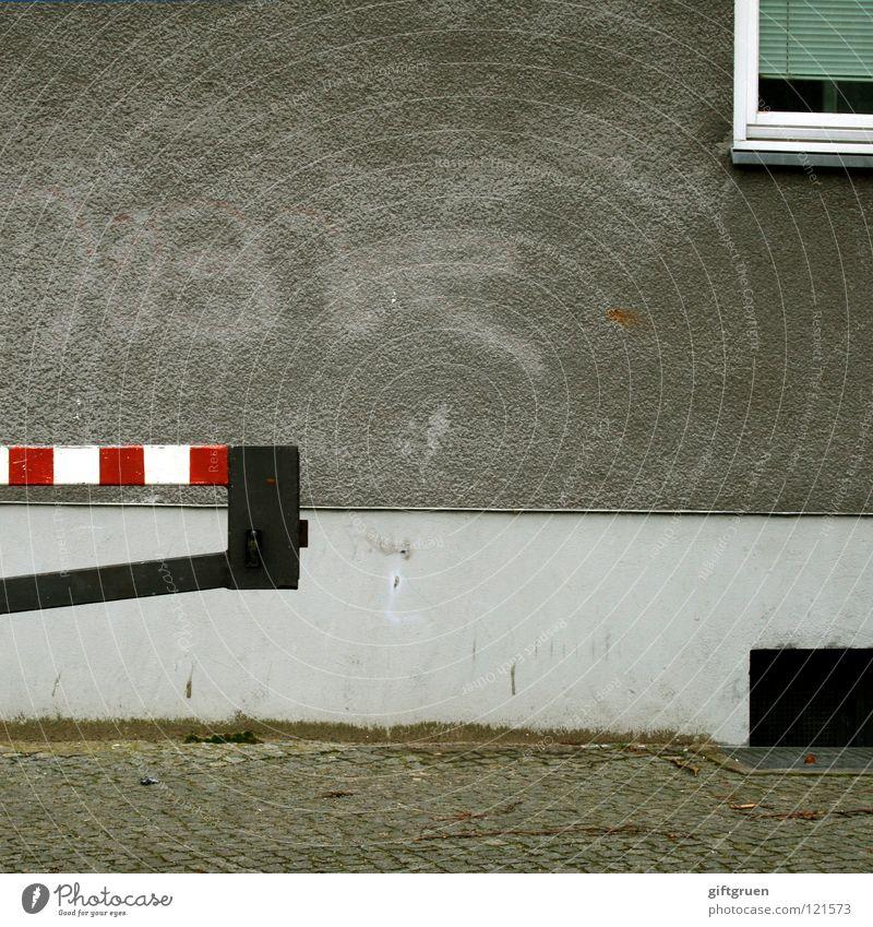 pommes rot-weiß Haus Straße Fenster grau Fassade Verkehr trist gestreift Jalousie Schranke Kellerfenster