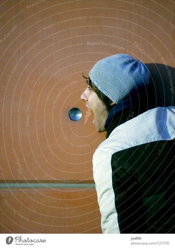 o ) Wand Mauer Mann rot braun Linie Jacke Winter kalt Öffnung rund Haus Gebäude grün Mütze laut Silhouette Appetit & Hunger Wut Ärger Industrie orange Teilung