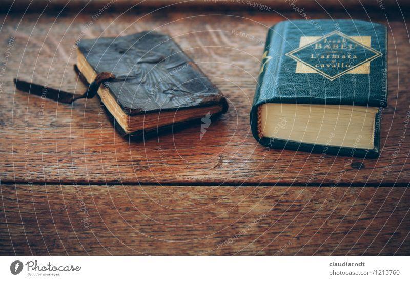 Flohmarktlektüre alt Erholung Tisch lernen Buch lesen historisch Bildung Holztisch Printmedien Literatur Roman