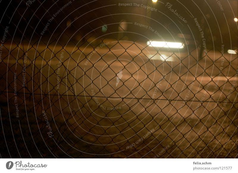 In die Falle geraten Straße dunkel PKW Verkehr gefährlich bedrohlich geheimnisvoll Verkehrswege Zaun gefangen Barriere Fahrzeug Mischung Scheinwerfer