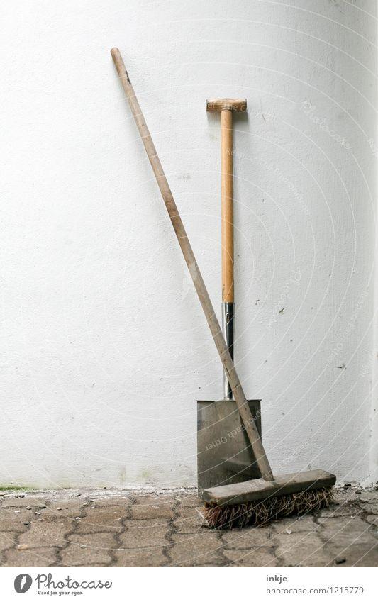 Den ganzen Tag am Boden geackert. Feierabend! Arbeit & Erwerbstätigkeit Gartenarbeit Handwerk Baustelle Mauer Wand Fassade Spaten Besen einfach Pause