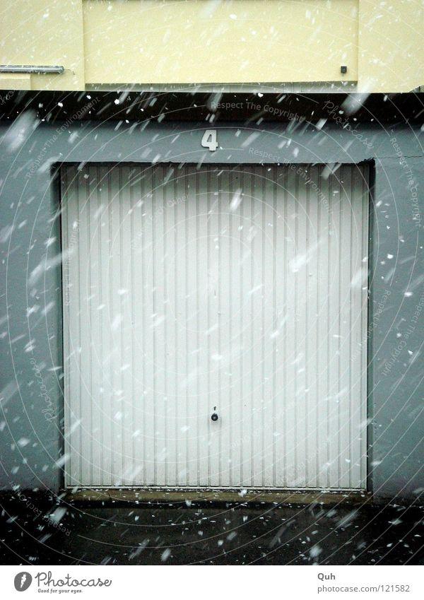 Tor Four Garage Beton Asphalt Winter kalt nass weiß Quadrat 4 horizontal Flocke Fassade Symmetrie Hinterhof Knauf Wellblech Detailaufnahme Schnee remise