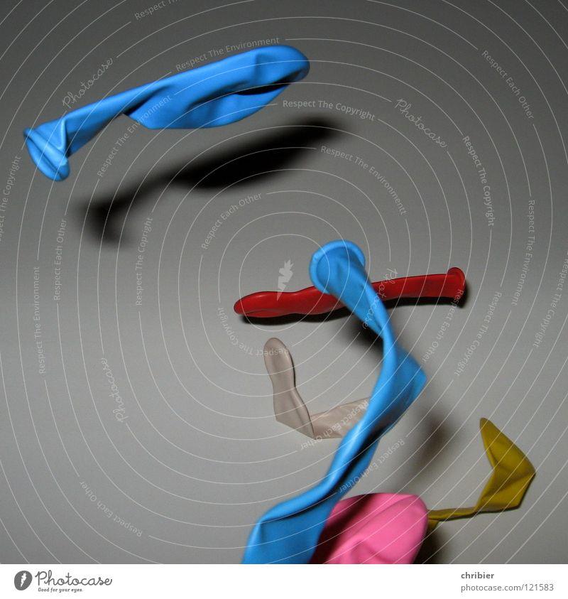 Große Freiheit Farbe Spielen Freiheit Party fliegen Geburtstag mehrere Luftverkehr Luftballon viele blasen Schweben werfen hell-blau platzen abgehoben