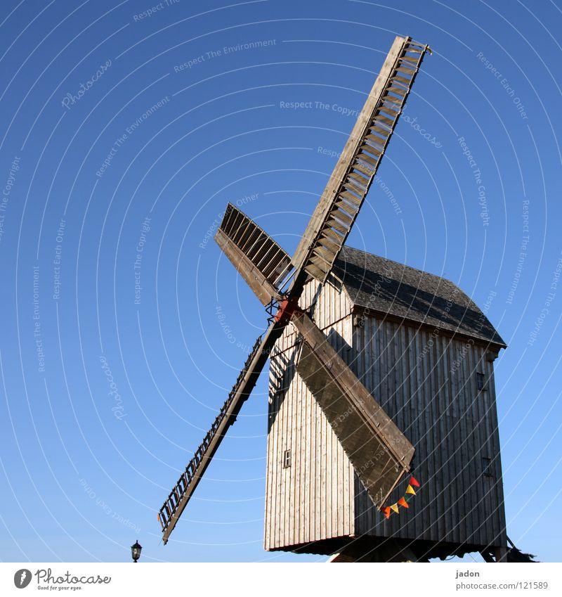 Mühle blau Windmühle Holz himmelblau azurblau Propeller rotieren Brandenburg Wahrzeichen Denkmal historisch Himmel alt Schönes Wetter Rotor mühlenverein